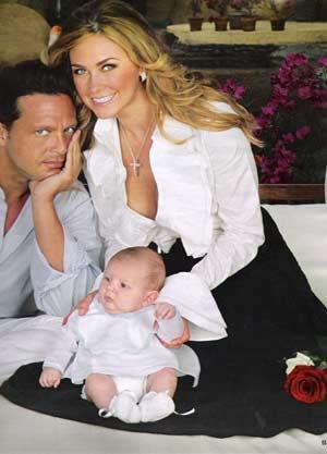 Luis Miguel  y Aracely Arámbula mostrando a su hijo miguel solecito