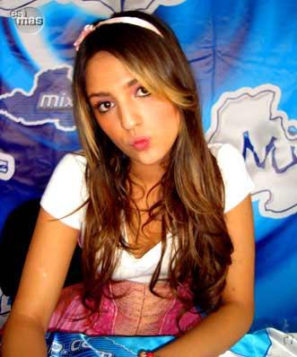 Eiza González de Lola érase una vez en firma de autógrafos en mixup