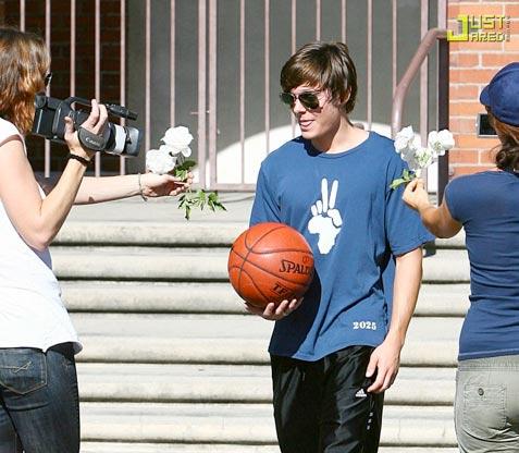 Zac Efron y las flores paparazzi.