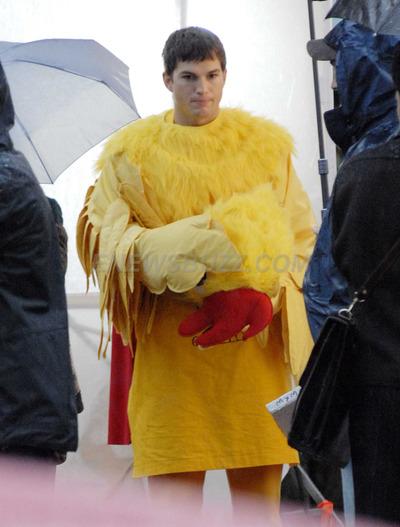Ashton Kutcher vestido de gallina