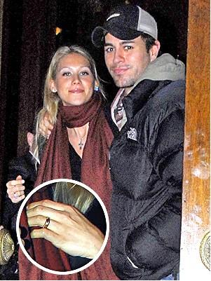 Enrique Iglesias de la anillo a Anna Kournikova