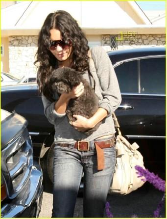 Vanessa Hudgens y su perrito Shadow