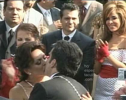 Mara Patricia y Vicente Fernández rodeados de famosos