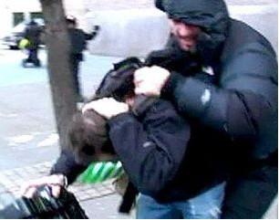 Chris Martin vocalista de Coldplay golpeó a un reportero
