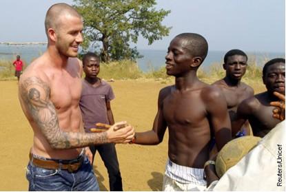 David Beckham jugó fútbol sin camisa por la UNICEF