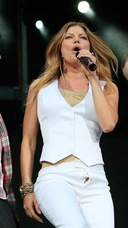Fergie cantando con el cierre del pantalón abajo