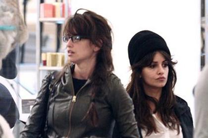 Penélope Cruz y su hermana Mónica captadas de compras