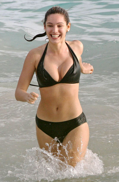 Kelly Brook captada en bikini en la playa