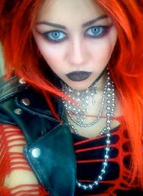 Miles Cyrus vestida de punk