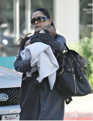 Salma Hayek captada de paseo con su hija Valentina Paloma en público
