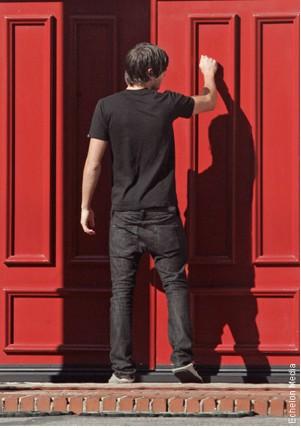 Zac Efron buscando a su novia Vanessa Hudgens en su casa