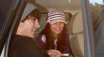 Zac Efron saliendo del hospital con su novia Vanessa Hudgens.