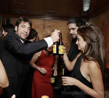 Javier Bardem y Penélope Cruz festejando oscar