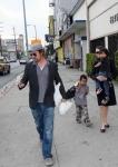 Brad Pitt y Angelina Jolie  saliendo de una panadería