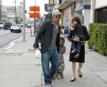Brad Pitt y Angelina Jolie  y sus hijos saliendo de una panadería