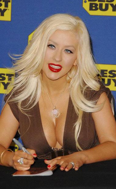 Christina Aguilrea con tremendo escote y grandes senos