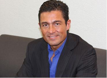 Fernando Colunga se corta el cabello