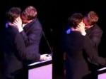 Daniel Radcliffe besado por un hombre