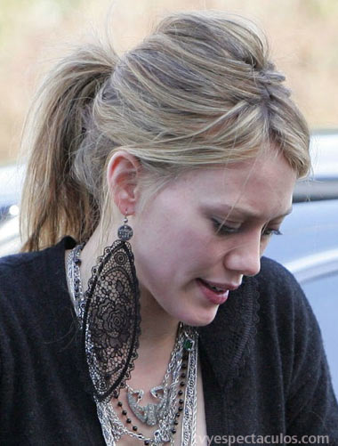 Hilary Duff y sus enormes aretes