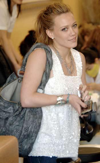 Hilary Duff  manicure  con su Blackberry Curve