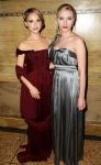 Natalie Portamn y Scarlett Johanson despues de la fiesta de UK