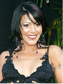 Alejandra Guzman sonrie en top