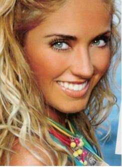 Anahi sonríe ojos verdes