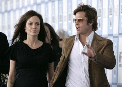Angelina Jolie y Brad Pitt caminando