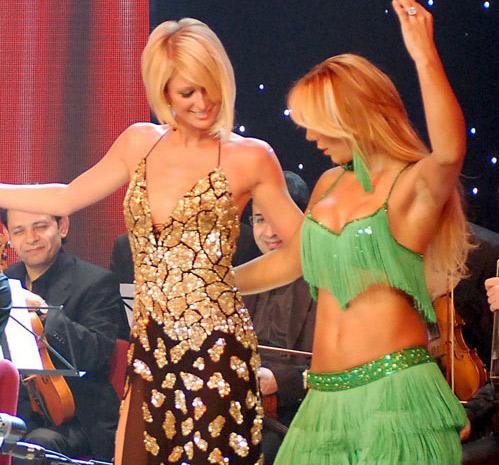 Paris Hilton bailando danza arabe