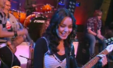 Vanessa Hudgens en una chica EMO