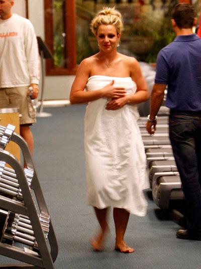 Britney Spears se pasea en toalla