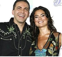 Cristian Castro y Valeria Liberman sonrien pareja