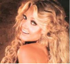 Paola Durante sonriendo rubia