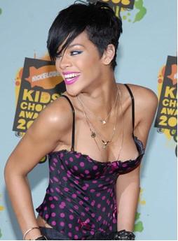 Rihanna escote sonrie