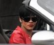 Rihanna  en un porche con lentes