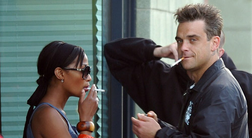 Robbie Willians fumando cigarro