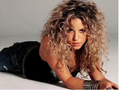 Shakira acostada rizos