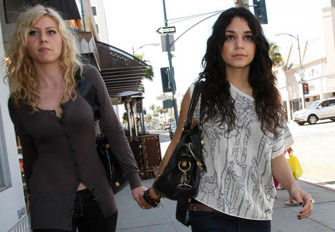 Vanessa Hudgens con Aly Michalka en la calle