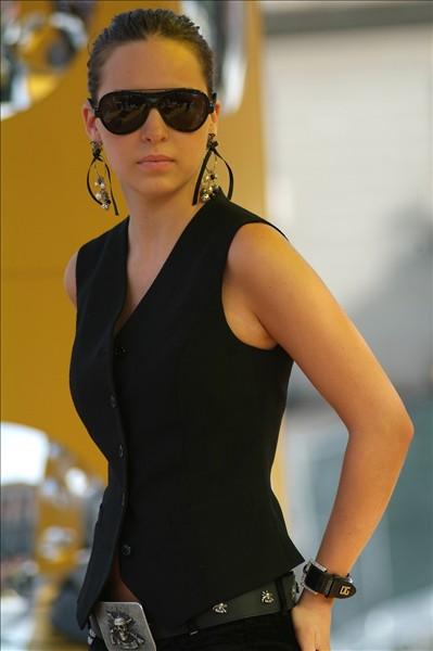 Belinda en premios TRL backstage con lentes