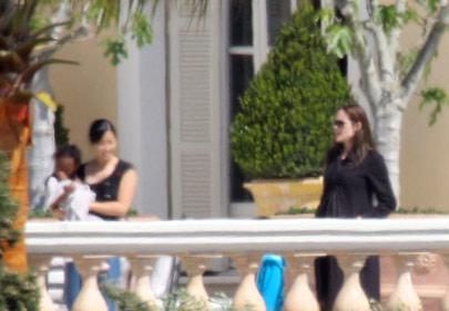 Brad Pitt y Angelina Jolie  en Francia con sus hijos