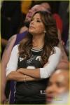 Eva Longoria con jersey de los Spurs en partido