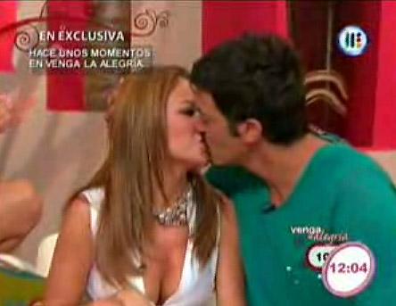 Ingrid Coronado y Fernando del Solar juntos se besan