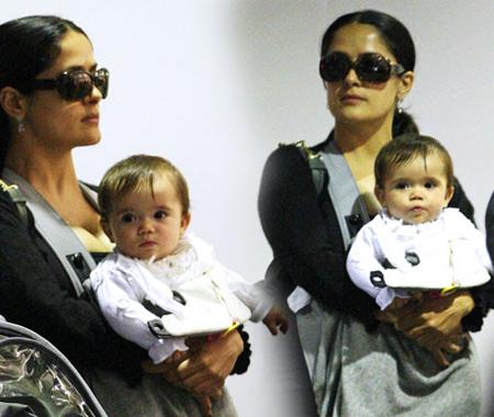 Salma Hayek con lentes y Valentina en aueropuerto