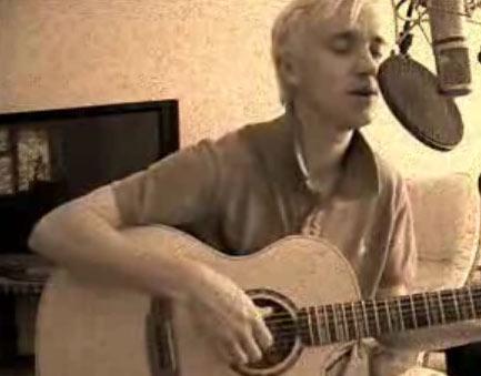 Tom Felton cantando guitarra
