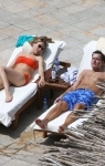 Charlie Sheen con Brooke Mueller en luna de miel tomando el sol