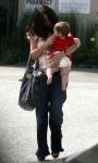 Salma Hayek protege a su hija con sus lentes