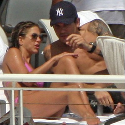 Jennifer Aniston y John Mayer tomando el sol