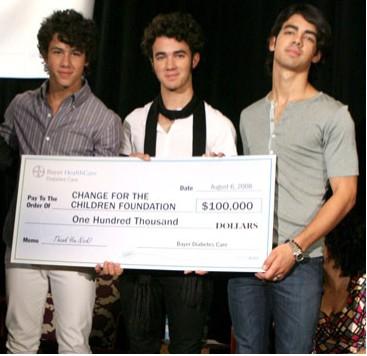 Jonas Brothers donan dinero