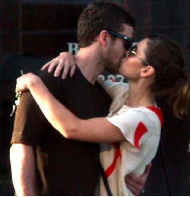 Justin Timberlake y Jessica Biel besándose