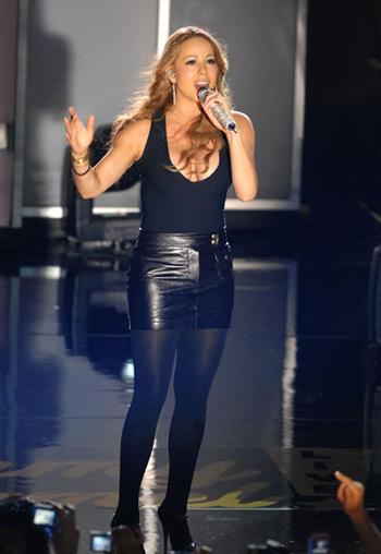 Mariah Carey en sexy minifalda, falda,  cantando